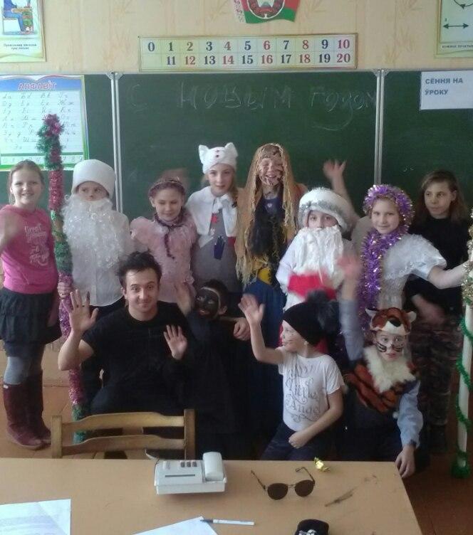 Посмотреть ученики подглядывают учитель п од стол